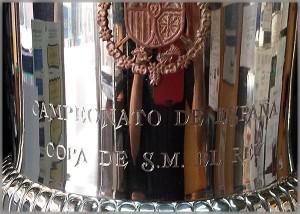 Copa de Futbol de su Majestad el Rey grabada a mano con buril por Patxi Apellániz